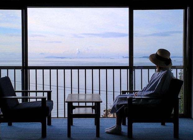 岡山県倉敷市児島地区にある〈DENIM HOSTEL float〉の全室からは瀬戸内海が一望できる。