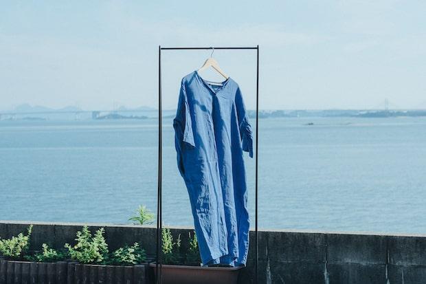 〈服と、ヨリを戻そう。衣類を染め直す宿泊券〉1泊8600円(税込)。持ち込んだ服との思い出を手紙を宿泊中に書き、染め上げられた服と一緒に戻ってきます。手紙が掛橋となり、服と持ち主の縁を繋いでくれるという、心温まるサステナブルなサービスです。