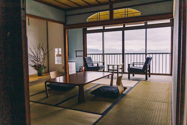 瀬戸内海が一望できる絶景の個室〈Hanada〉。縹(はなだ)とは、濃い青という意味で、その名の通り縹色をメインカラーに。