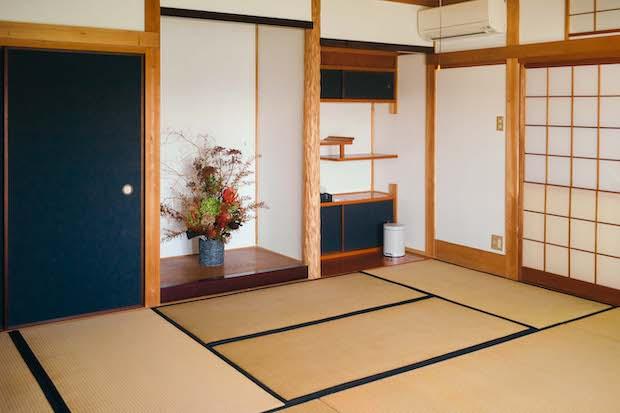 ホステルから望む茜色の夕日の色をイメージした〈Akane〉は縁側つきの客室。