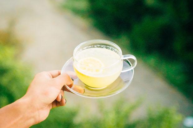 人気の〈岩城島レモネード〉550円(税込)は愛媛県岩城島の無農薬レモンを使用。皮ごとスロージューサーで潰した果汁は香り高く、ほんのりとした甘さとレモンならではの酸味と苦みを味わえます。