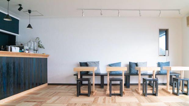 カフェの様子。デニム生地がクッションなどにも使用されています。テラス席もあり、瀬戸内海を眺めながらゆっくりとした時間を過ごせそうです。