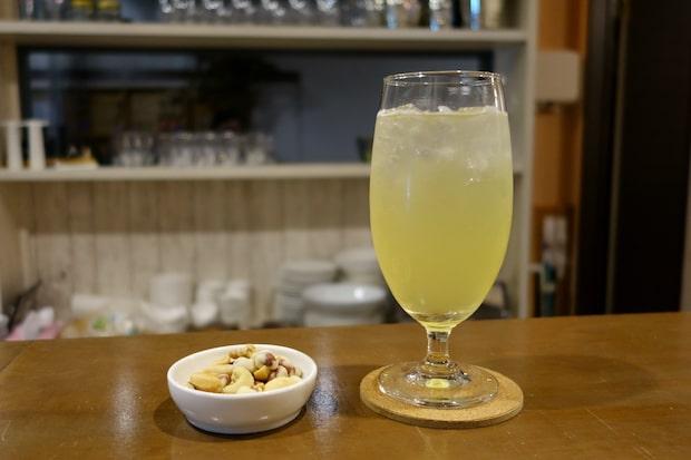 店内ではハードサイダー〈エール〉の生シードルを飲むことができます。ググッと飲めてしまう、爽やかでさっぱりとした味わいです。
