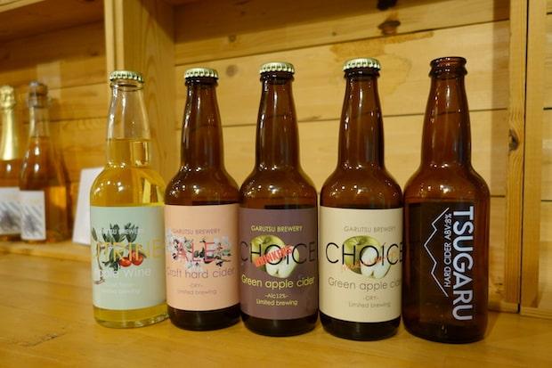 (左から)アップルワインの〈シトリン〉、ハードサイダーの〈エール〉、りんごのいち品種「王林」のみでつくる〈ドリンカーズチョイス〉と〈チョイス〉、「つがる」のみでつくる〈TSUGARU〉。「女子会の差し入れに喜ばれそう」と青森在住の女性グループがフォトジェニックな商品を紹介する〈あおもりKAWAIIギフト〉にも選ばれています。