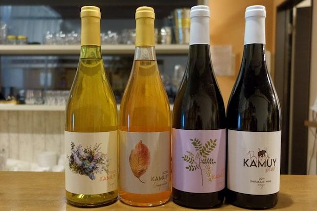 (左から)2種のデラウェアを発酵させた白ワイン〈bouquet〉、デラウェアを1ヶ月程度タンク内で醸したオレンジワイン〈Orenge autumu〉、メルローに自社農園で栽培したスチューベンも混ぜた赤ワイン〈Honey bee〉、弘前市内で育てた山葡萄を低温発酵させた〈black bear〉。