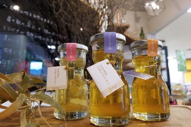 ミツバチが白神山地で集めてきた蜜でできた〈白神生ハチミツ〉。ビーチにしめやでは、オリジナルのソフトクリームやジェラートにBeFavoのハチミツをトッピングして食べられます。