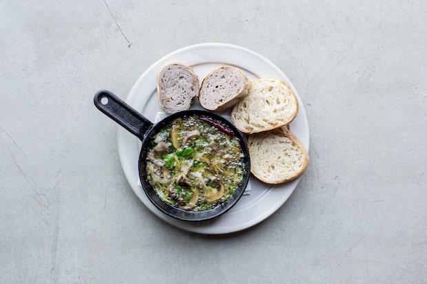 〈MASCOS HOTEL〉のレストランでは魚介や野菜、肉など地元の新鮮な食材を使った絶品料理が登場。