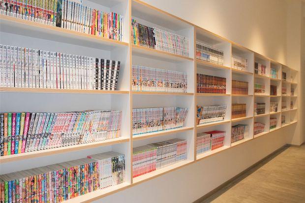 〈MASCOS HOTEL〉のリラクゼーションスペースには松江市の〈artos book store〉による絵本からアート本まで254冊の本が読めるブックコーナーが。