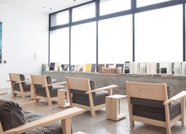 〈MASCOS HOTEL〉のリラクゼーションスペースには絵本からアート本まで、さまざまなジャンルの本を併設されたソファで読むことができる。
