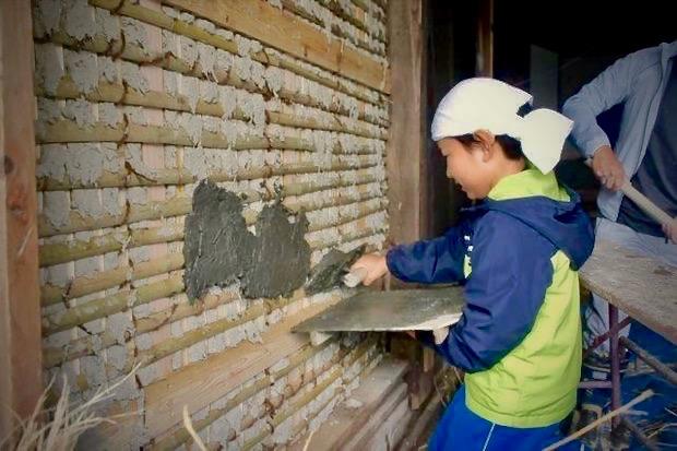 土壁づくりの様子。地域の小学生も参加しました。