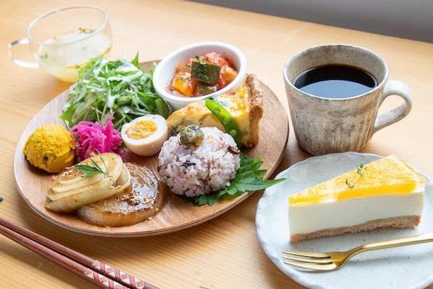 太平洋を一望できるロケーションと、〈気まぐれワンプレート〉やスイーツなど手づくりの料理が人気です。