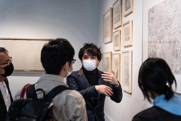 シーズン・ラオ (劉善恆/Season Lao )1987年マカオ生まれ。20代に北海道へ移住。東日本大震災をきっかけに、人と自然が共存する道を探す必要性を強く感じる。現在は京都を拠点に、アジア及び欧米の展示会やアートフェアで作品を発表している。