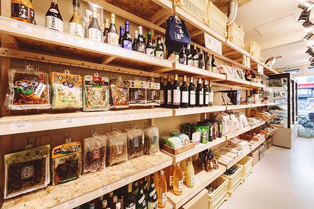 「かほくを旅するショップ」の店頭には、見ているだけでも楽しい河北の地元名産品が並ぶ。