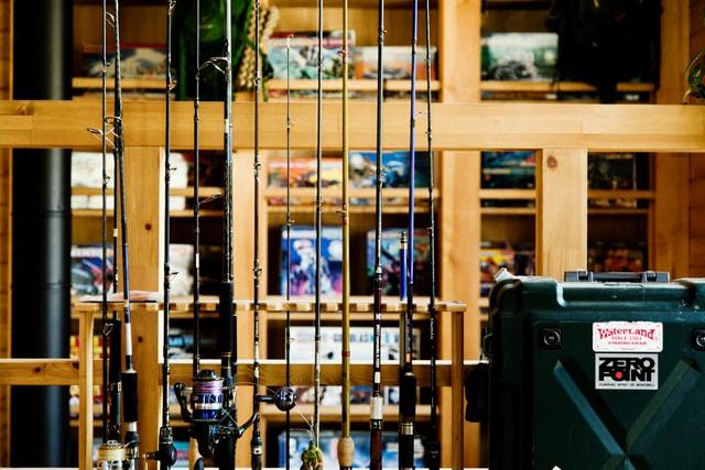 釣り好きの繁昌さんのロッドコレクション。奥には子どもの頃から好きだというゾイドが。