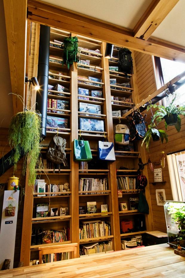 吹き抜けの2階まで続くワンダーデバイスの装置「ハシゴde本棚」。