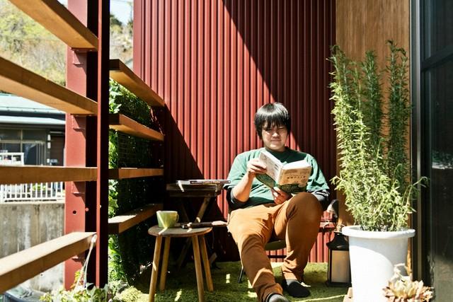 天気が良ければベランダで読書。パソコン作業をすることもあるとか。