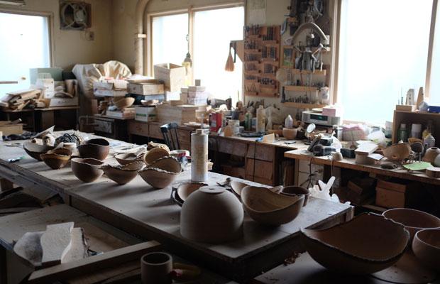臼田さんは下川町木工芸センターで作品を制作している。工房には樹種も形もさまざまな器が無数に並んでいた。