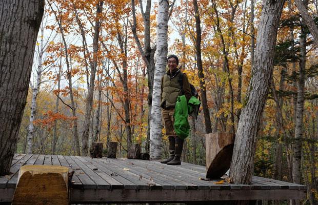 取材で訪ねた日、臼田さんは所有する森に案内してくれた。2016年に山を買い、自ら間伐をして道をつけ、大きなウッドデッキもつくった。