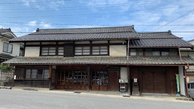 中山道沿いの老舗のお味噌屋さん〈酢屋茂〉には遠方からもお客さんが来ます。