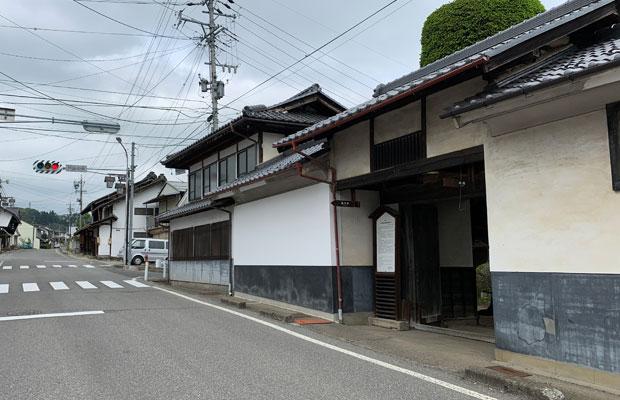 役場のあるまちの中心には中山道が通り、かつての宿場「芦田宿本陣」が構える。
