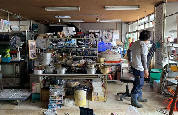 商店の片づけの手伝いでは、お宝発掘も。