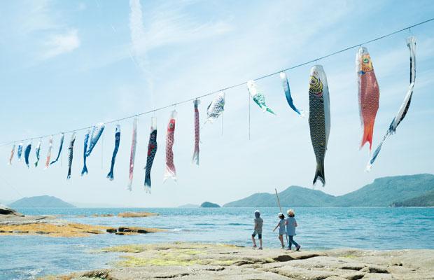 5月の小豆島。戸形崎には毎年鯉のぼりが海の上を泳ぎます。