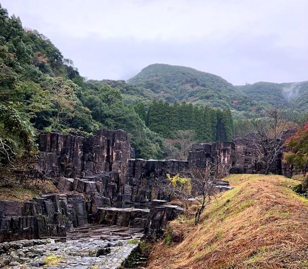 地域では古くから、霊山として大事にされてきた冠岳の風景。