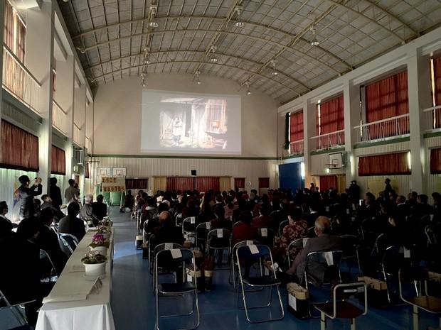 閉校式のあとに卒業生と地域の卒業生みんなで完成した映画を観る。