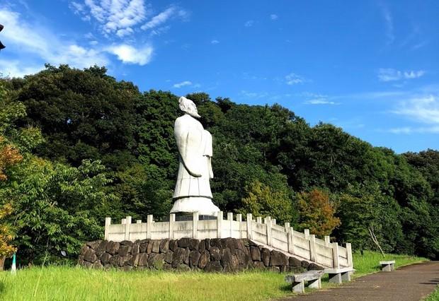 かつてこの地を訪れた中国の伝説の人物、徐福の像。