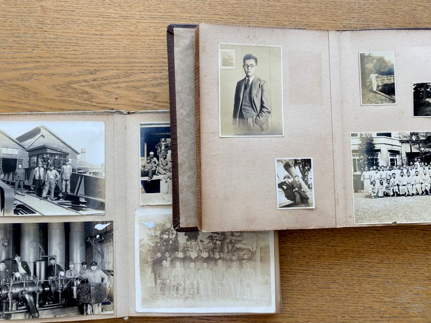 解体される祖父の家から発掘された古い写真アルバム。