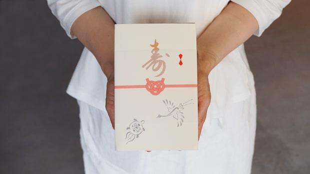 縁起物の鶴・亀があしらわれた箱。