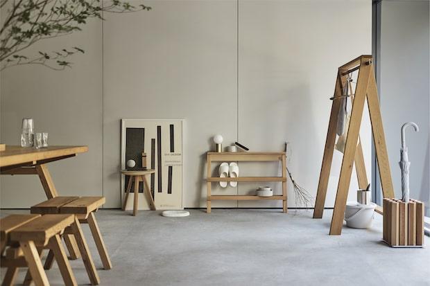 同展では10年間の軌跡を振り返るとともに、石巻工房の家具で構成されたリビングスペースを設置