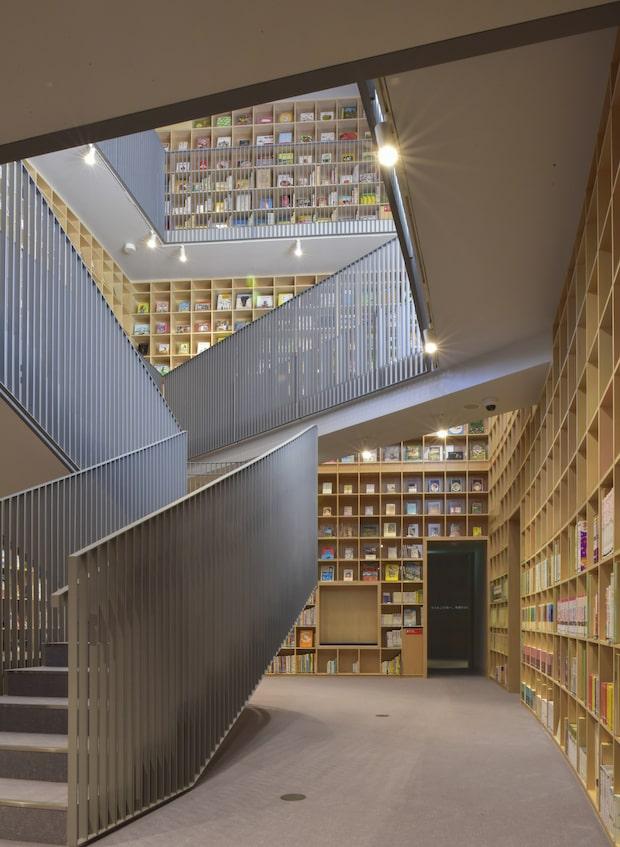 2020年7月に誕生した〈こども本の森 中之島〉。館内は12のテーマに配架された本たちが壁一面に並ぶ。