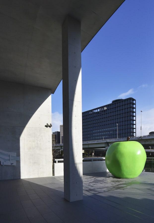 エントランス・ポーチにある、「永遠の青春」と名付けられた青リンゴのオブジェ