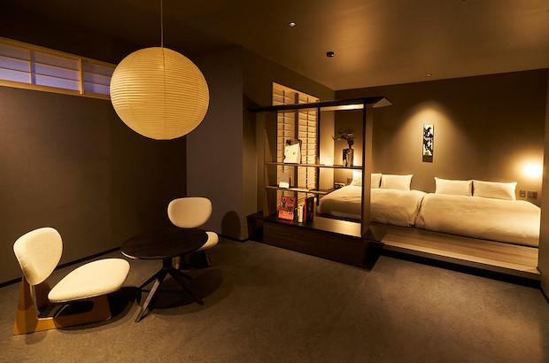 寺町をイメージしたという内装の客室は、定員6名のグループ利用も可能な和室付きの部屋など全13室。