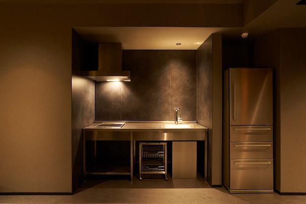 寺町をイメージしたという内装の客室は、長期滞在も可能なIHキッチンや大型冷蔵庫が全室に設置されている。