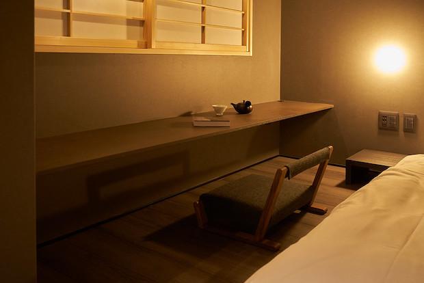 客室内での仕事のしやすさを考慮したデスクやローテーブルもあり、ワーケーションにも最適。