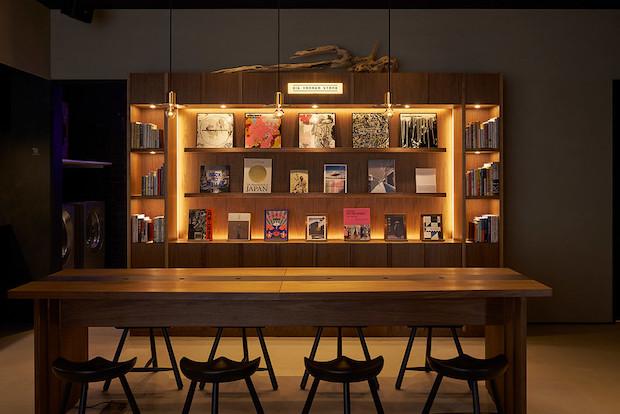 本はいずれも、国立新美術館ミュージアムショップなどの選書も手がけるブックディレクター・幅允孝がセレクトを担当。