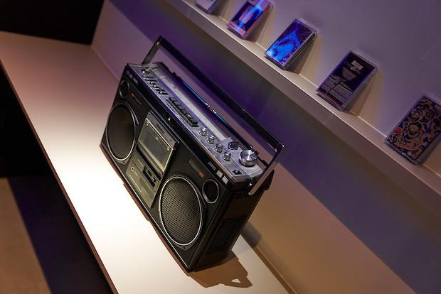 中目黒にあるカセットテープ専門店〈waltz〉が厳選したカセットテープがずらり。テープが置いてあるランドリールームには、プレーヤーもあるので曲を聴きながら洗濯するのもおすすめ。