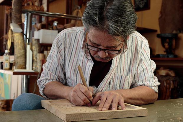 北海道を代表するアイヌ伝統工芸作家であり、〈貝沢民芸〉店主の貝澤守さん。組合員のひとり。本プロジェクトでコラボが実現するかも?