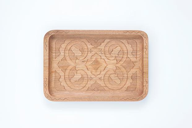 貝澤守さんの作品。木製の浅く平たい形状の盆「イタ」。アイヌ文様のウロコ彫りがこの地域の特徴。