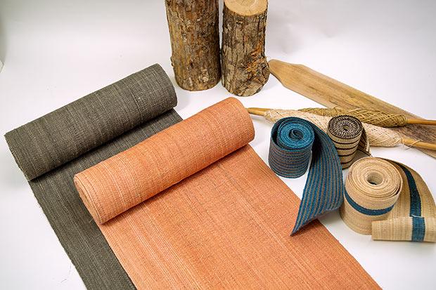 「二風谷アットゥㇱ」。沙流川流域の森が育むオヒョウなどの樹皮の内皮から作った糸を用いて機織りされた反物。こちらは貝澤雪子さんの作品。