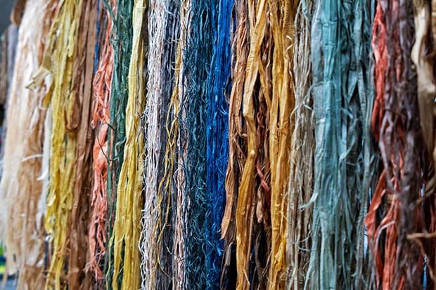 アットゥシの材料。草木染めによる自然の色が彩り豊か。