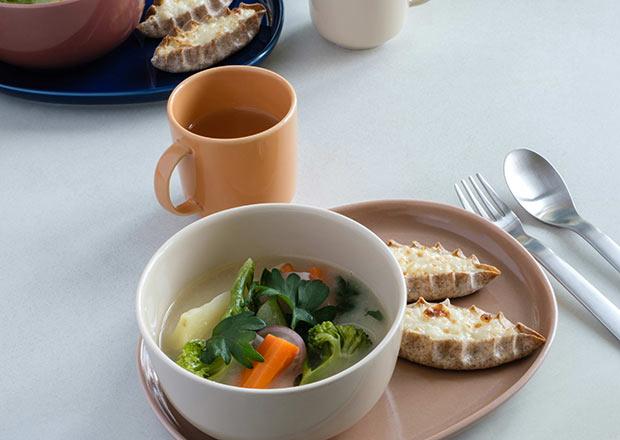 タモ材からつくられたトレイは、ジュニアシリーズの食器やカトラリーを全て収納できるサイズ感。