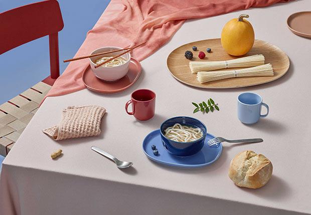 〈NUPPU(ヌップ)〉の陶器はスタッキングの美しさをはじめ、料理やシーンを限定しない多機能性を備えている。