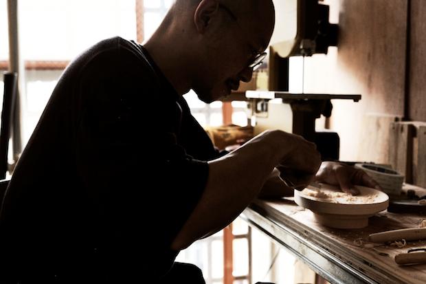 自ら手を動かしサンプルのモックを制作する黒野さん。(写真提供:セラボラボ/Photo:MASAKO TAKANO)