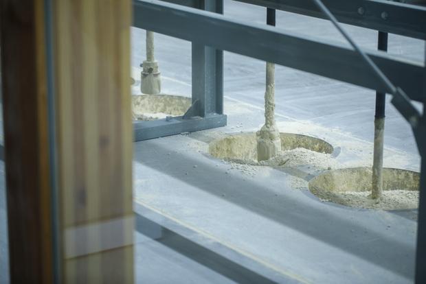 「製土」している様子をガラス越しに工場見学できる。