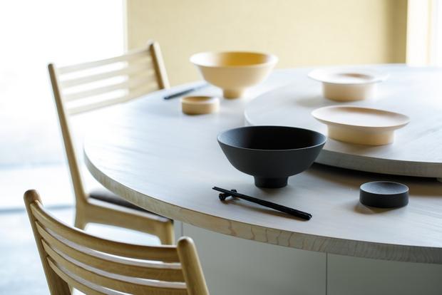 ラーメン鉢(6600円)とタレ皿(3300円)。タレ皿は、カタンとこぼれないような安定感のある仕様に。(※餃子皿と八角(チャーハン)皿はサンプル)