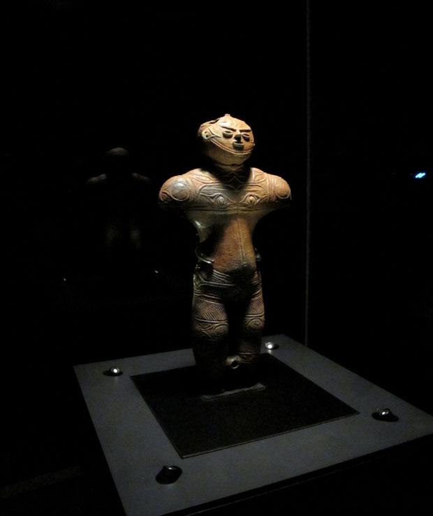 函館市南茅部地区で発見された中空土偶で「茅空(カックウ)」という愛称で親しまれている。〈函館市縄文文化交流センター〉で公開。