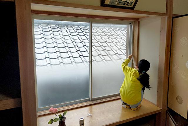 窓を補修中の津留崎さんの娘さん